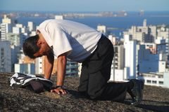 Hombre que ruega sobre la montaña en el Brasil fotografía de archivo