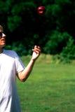 Hombre que sacude Apple Fotografía de archivo libre de regalías
