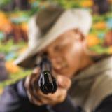 Hombre que señala el rifle. Imagen de archivo libre de regalías