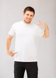 Hombre que señala en el t-shir blanco en blanco Imagen de archivo libre de regalías