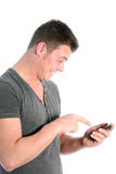 Hombre que señala en su smartphone en el entusiasmo Imagen de archivo