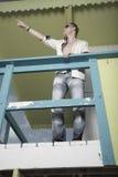 Hombre que señala en un edificio Fotos de archivo libres de regalías