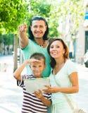 Hombre que señala la dirección para la familia Fotos de archivo libres de regalías