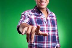 Hombre que señala o que empuja el botón imaginario Imágenes de archivo libres de regalías