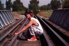 Hombre que se agacha Foto de archivo libre de regalías