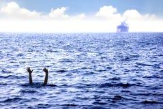 Hombre que se ahoga en el mar Imagen de archivo