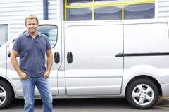 Hombre que se coloca al lado de la furgoneta Foto de archivo