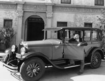 Hombre que se coloca al lado de su coche (todas las personas representadas no son vivas más largo y ningún estado existe Garantía Fotos de archivo