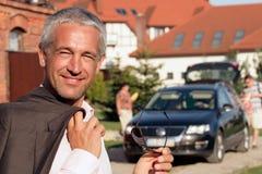 Hombre que se coloca antes de casa Imagen de archivo