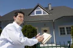 Hombre que se coloca antes de la casa Fotografía de archivo