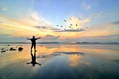 Hombre que se coloca cerca de la playa Fotos de archivo libres de regalías