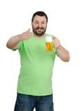 Hombre que se coloca con la taza grande de la cerveza dorada Fotografía de archivo libre de regalías