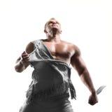 Hombre que se coloca con una espada Imagenes de archivo