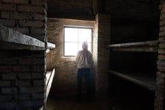 Hombre que se coloca delante de ventana en una cabina Fotografía de archivo libre de regalías