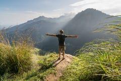 Hombre que se coloca en el borde del pico de pequeño Adán Imágenes de archivo libres de regalías