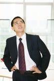 Hombre que se coloca en el edificio de oficinas Fotos de archivo