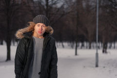 Hombre que se coloca en el parque en el invierno Foto de archivo