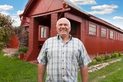 Hombre que se coloca en la casa de campo Foto de archivo libre de regalías