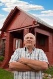 Hombre que se coloca en la casa de campo Fotos de archivo libres de regalías