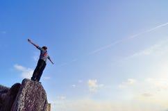 Hombre que se coloca en la roca Imagenes de archivo