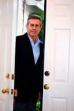 Hombre que se coloca en umbral foto de archivo libre de regalías