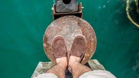 Hombre que se coloca sobre el mar Imagen de archivo libre de regalías