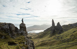 Hombre que se coloca sobre un paisaje escocés de la montaña Imagenes de archivo