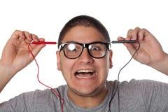 Hombre que se da una sacudida eléctrica Fotografía de archivo libre de regalías