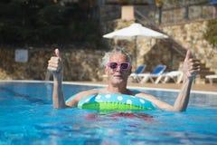 Hombre que se divierte en las vacaciones Imagenes de archivo