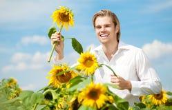 Hombre que se ejecuta en campo de flor Foto de archivo libre de regalías