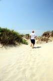 Hombre que se ejecuta en la playa Fotos de archivo libres de regalías