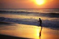 Hombre que se ejecuta a lo largo de la costa Imagen de archivo libre de regalías
