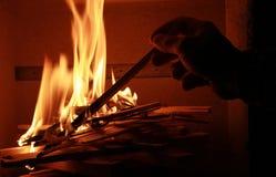 Hombre que se enciende encima del fuego de la chimenea Fotos de archivo libres de regalías