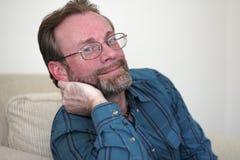 Hombre que se inclina en su mano Imagen de archivo