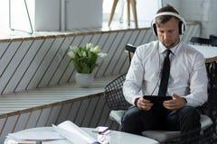 Hombre que se prepara para la reunión de negocios Foto de archivo libre de regalías