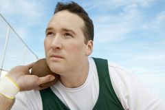 Hombre que se prepara para lanzar lanzamiento de peso Imagen de archivo libre de regalías
