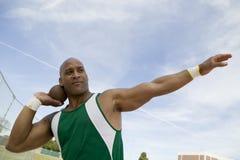 Hombre que se prepara para lanzar lanzamiento de peso Fotos de archivo libres de regalías