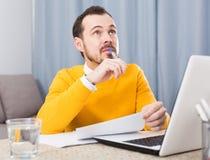Hombre que se prepara para los exámenes imagen de archivo libre de regalías