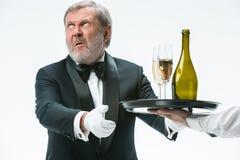 Hombre que se queja para la mala bebida imagen de archivo