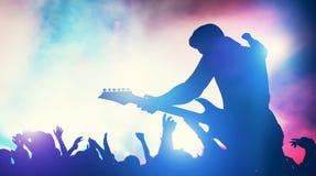 Hombre que se realiza en concierto de la música fotos de archivo