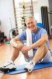 Hombre que se reclina después de ejercicios Imagen de archivo libre de regalías