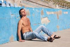 Hombre que se reclina en el sol Imagen de archivo