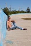 Hombre que se reclina en el sol Foto de archivo