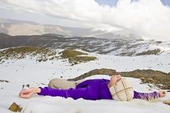 Hombre que se reclina en la nieve Fotografía de archivo libre de regalías