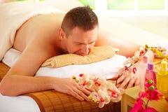 Hombre que se reclina en salón del balneario Fotografía de archivo libre de regalías