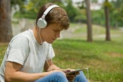 Hombre que se relaja con PC de la tableta Foto de archivo libre de regalías