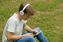 Hombre que se relaja con PC de la tableta Imagen de archivo libre de regalías
