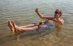 Hombre que se relaja en agua Imágenes de archivo libres de regalías
