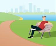 Hombre que se relaja en el parque Imagenes de archivo