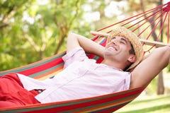 Hombre que se relaja en hamaca Fotografía de archivo